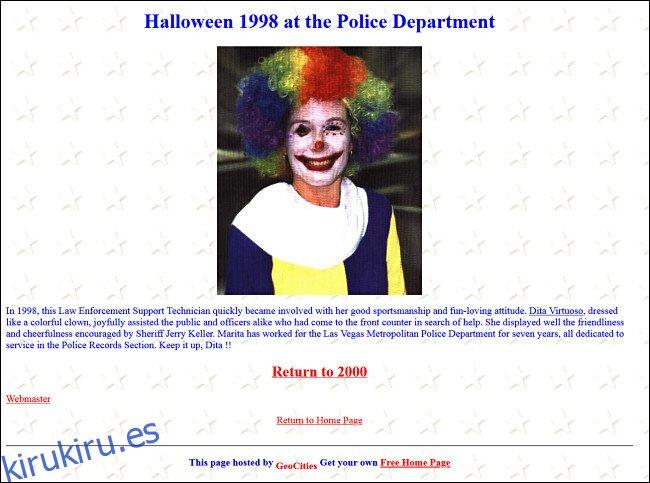 Actualización del sitio web de un departamento de policía con un empleado vestido con un disfraz de payaso para Halloween.