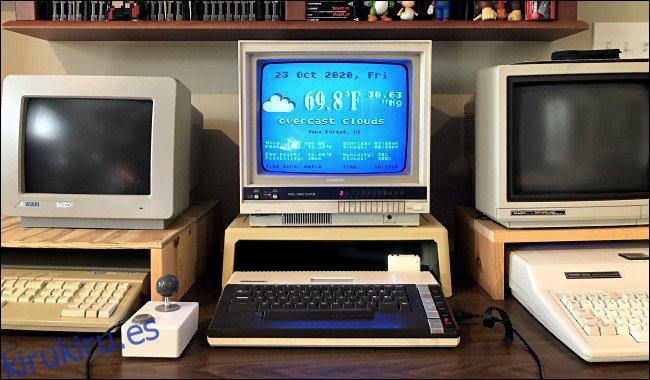 Un pronóstico del tiempo en un monitor de computadora Atari 800XL.