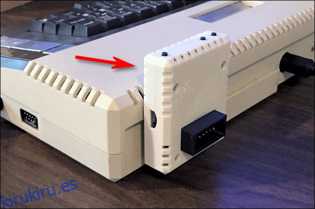 Un adaptador FujiNet conectado a un Atari 800XL.